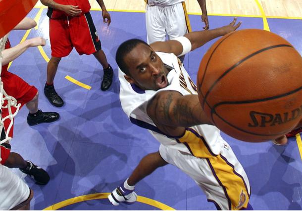 Kobe Bryant entrando a canasta | Foto: Lakers.com