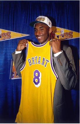Kobe Bryant posa con la camiseta de Lakers la noche del Draft   Foto: Getty Images