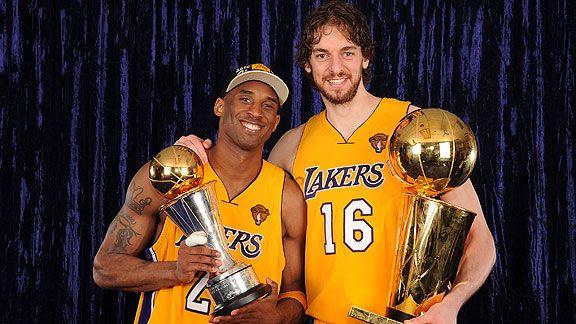 Kobe Bryant com o troféu de MVP Finals e Pau Gasol com o troféu de campeão da NBA (Foto: Divulgação/NBA)