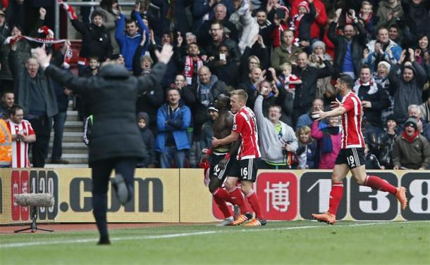 Ronald Koeman runs to celebrate Sadio Mane's late winner against Liverpool | Photo: Squawka