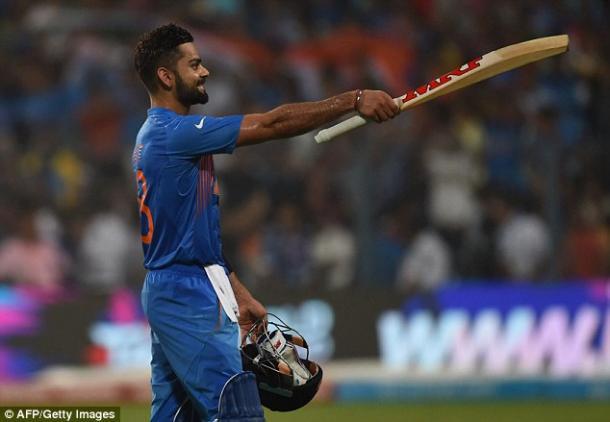 Kohli raises his bat after bringing up 50 (photo: Getty Images)