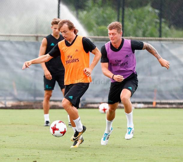 Modric y Kroos pugnan por el cuero en un entrenamiento // Imagen: Real Madrid