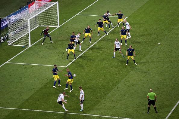 Toni Kroos bate falta que origina o gol da virada da Alemanha (Fifa/Getty Images)