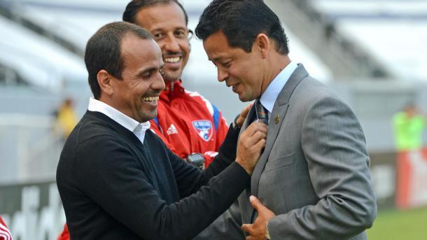 Pareja saludando a Cabrera en 2014. FOTO: Univision