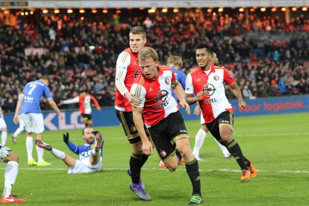 Kuyt (c) abría el marcador al cierre del primer tiempo. (Foto: feyenoord.nl