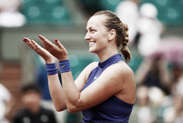 Petra Kvitova saluda al público francés tras su victoria en primera ronda de Roland Garros. Foto: zimbio.com
