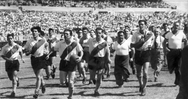 Vuelta olímpica en La Bombonera, con Labruna a la cabeza (1955) . Foto: Archivo Histórico River Plate.