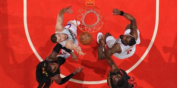 Lotta ad alta quota allo Staples Center - Fonte NBA.com on Twitter