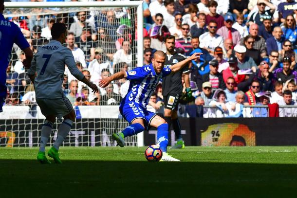 Laguardia, despejando un balón junto a Ronaldo, en el encuentro de la temporada pasada. Fuente: deportivoalaves.com