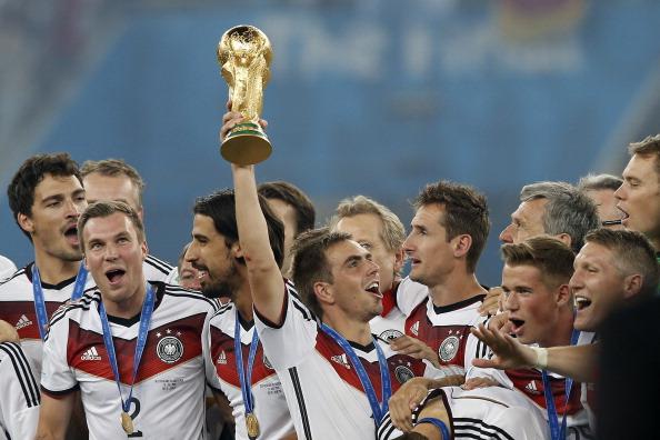 Como capitão, Lahm comandou a festa da Alemanha tetracampeã do mundo no Brasil (Foto: Adrian Dennis/AFP/Getty Images)