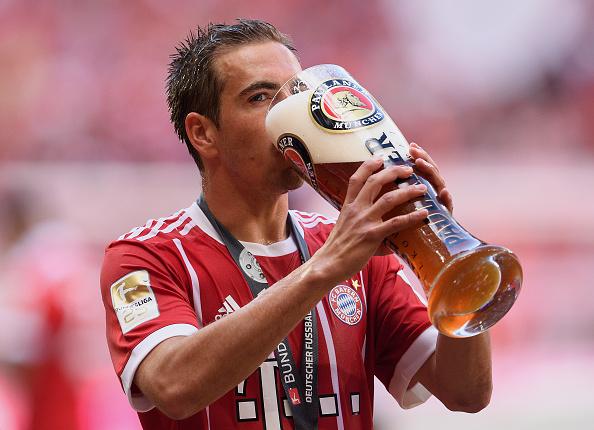 Sem choro: despedida de Lahm foi regada à cerveja, coisa tradicional nos títulos do Bayern (Foto: Mathias Hangst/Bongarts/Getty Images)