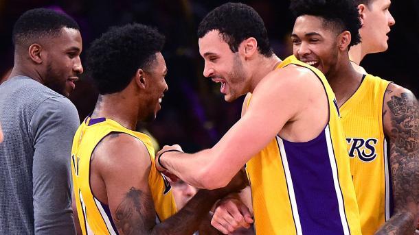 Integrantes de los Lakers bromeando | thevillagessuntimes.com