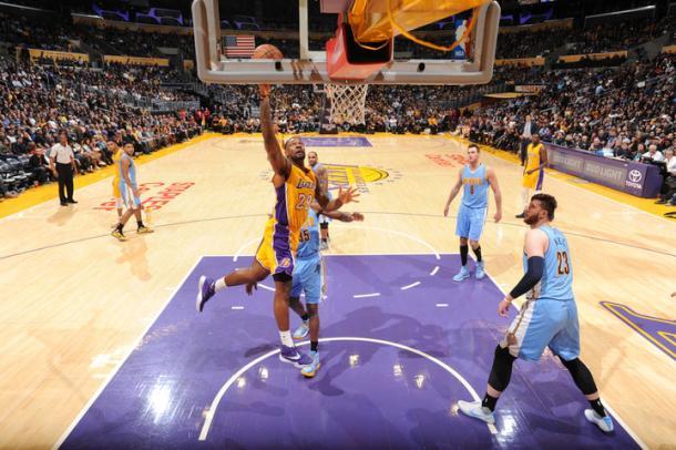 Black vola a canestro tra le maglie dei Nuggets - Foto NBA Lakers