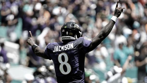 Lamar Jackson empezó la campaña con sus mejores números historicos. Foto: Ravens