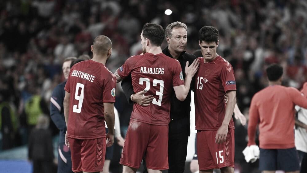Jugadores daneses consolando a su técnico tras la derrota. / Foto: DBU. Scanpix.