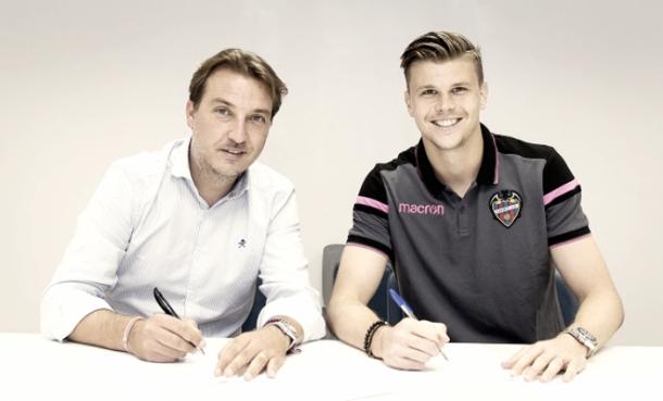 Langerak, en su firma de contrato. Fuente: Levanteud