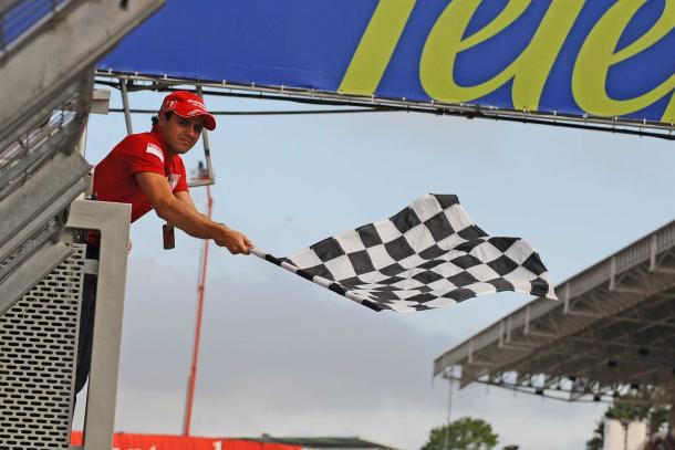 Massa sventola la bandiera a scacchi nel gp del Brasile del 2009. Fonte foto: f1fanatic.com