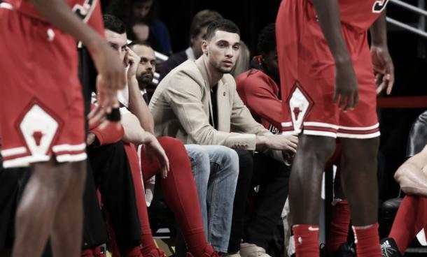 Zach LaVine en el banquillo de los Bulls.   Foto: NBA.com