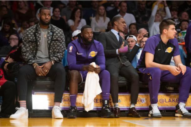 LeBron James en el banquillo durante su lesión la temporada pasada | Foto: Getty Images