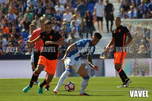 Guerrero ante dos rivales del Valencia CF | Foto: Gema Gil (Vavel)