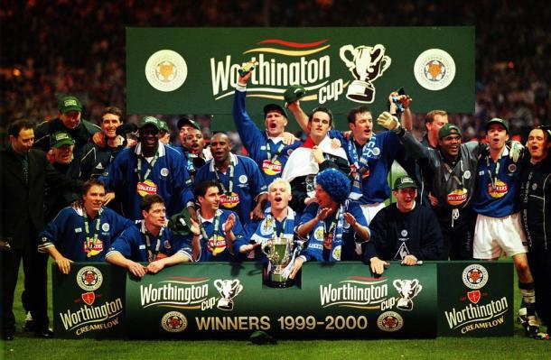 La plantilla del Leicester en el año 2000 celebrando el título de EFL Cup. Fuente: Leicester