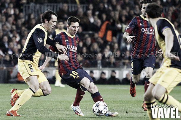 Leo Messi intentando superar a Godín en la penúltima eliminatoria europea   Foto: ApoCaballero - VAVEL