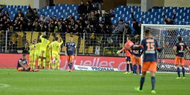 I giocatori del Nantes esultano con i proprio tifosi dopo la vittoria per 3-2 sul campo del Montpellier