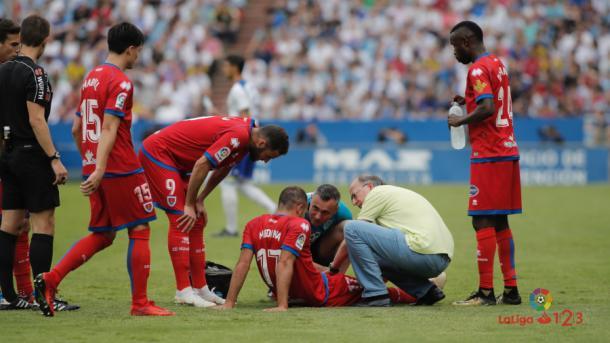 El equipo médico atiende a Medina | Foto: laliga.es
