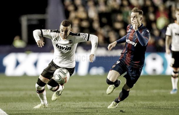Rodrigo busca el gol./ Foto: Valencia CF