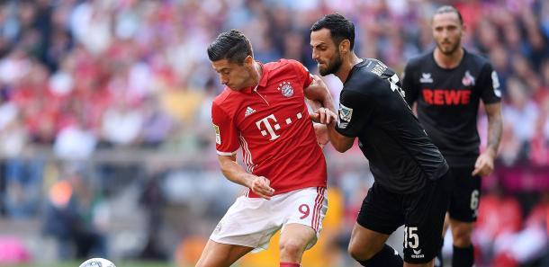 Lewandowski pugna un balón con un jugador del Colonia | Foto: FC Köln