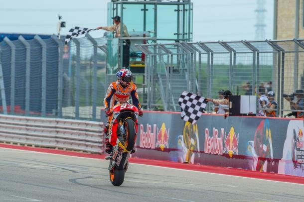 Marc Marquez recibe las banderas de cuadros en el final de la competencia. Foto: Moto GP