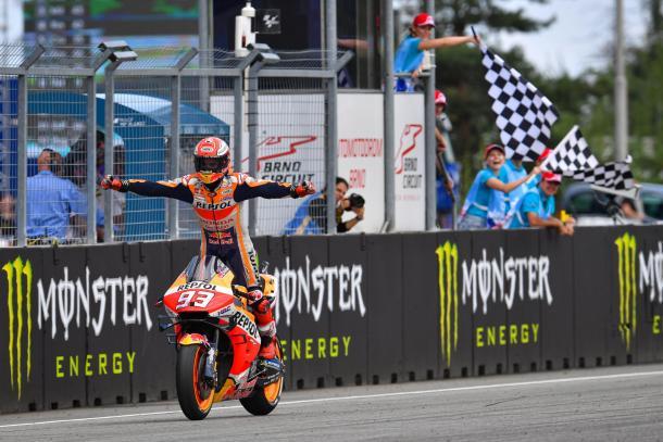 Marc Márquez, celebrando mientras llegaba a la meta. Imagen: MotoGP