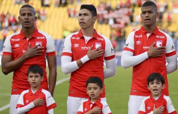 Nicolás Hernández (centro), cumple un muy buen trabajo en la defensa santafereña. Imagen: Antena 2.