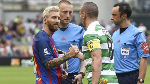 Messi e Brown si stringono la mano nel match di ICC. Fonte foto: bbc.co.uk