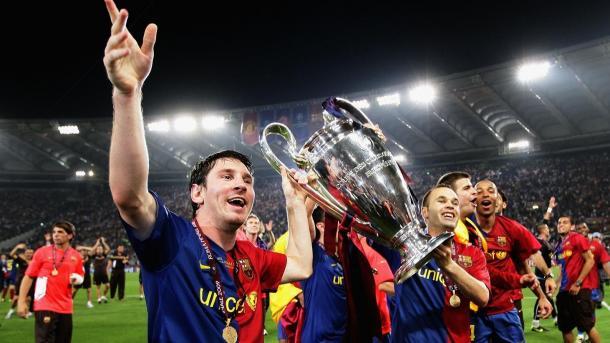 Leo Messi y Iniesta con el trofeo de la Champions. | Foto: UEFA.com