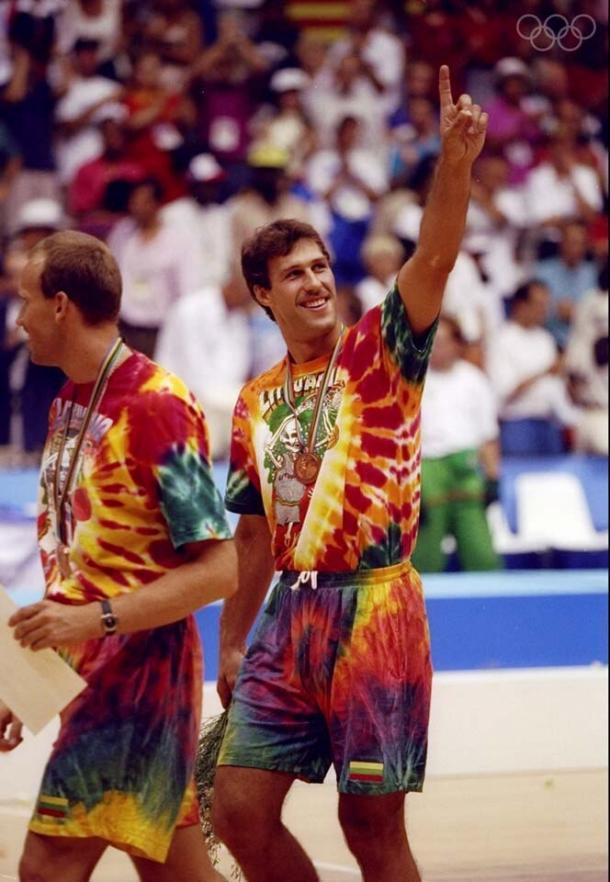 Kurtinaitis y Marciulionis en la entrega de medallas/Vía: Olympic.org