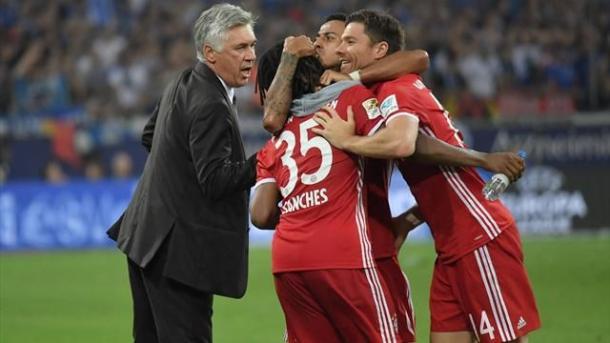 Thiago Alcantara, Xabi Alonso e Renato Sanches festeggiano un gol del Bayern vicino ad Ancelotti. ! Google.