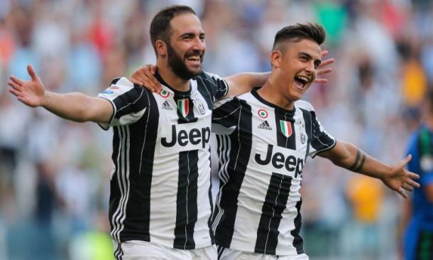 Higuain e Dybala festeggiano una rete nella gara contro il Sassuolo. | Google.