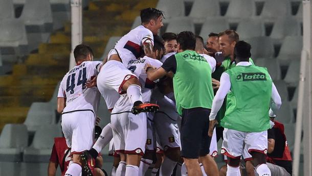 Nella gara di Crotone, i genoani esultano per un gol. | Google.