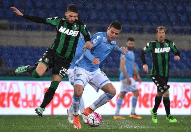 Un contrasto fra Berardi e Milinkovic-Savic durante il match di ritorno dell'anno scorso.   ansa.it.