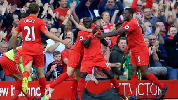 Sadio Manè festeggiato da tutto il suo team dopo la rete al Leicester. | Google.