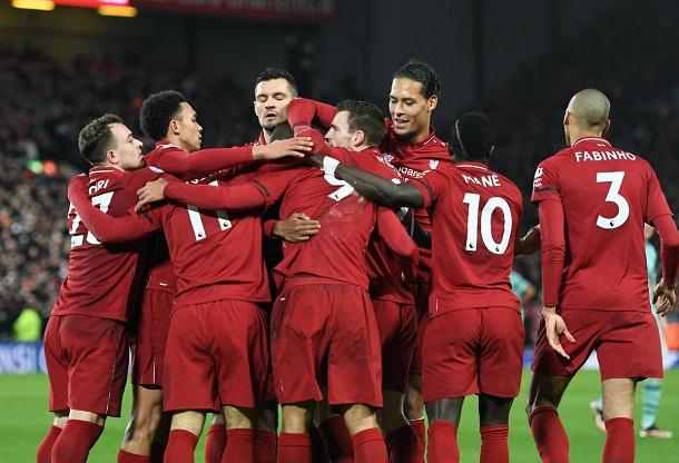 Los jugadores del Liverpool se abrazan tras un gol | Fotografía: Liverpool