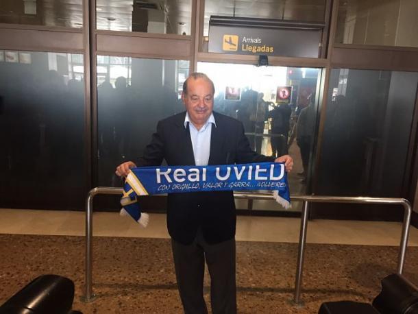 Carlos Slim posando con la bufanda del Real Oviedo   Foto: El Desmarque