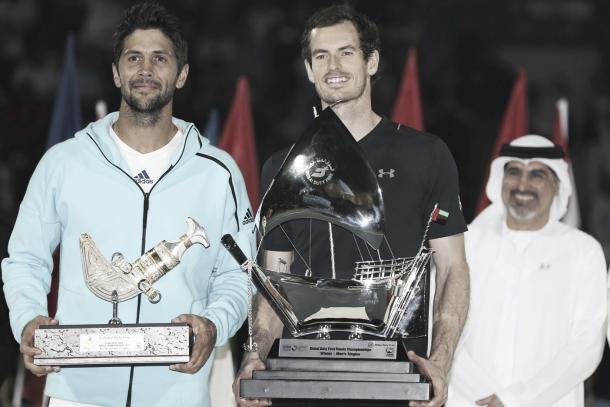 Andy Murray con el título de campeón de Dubai