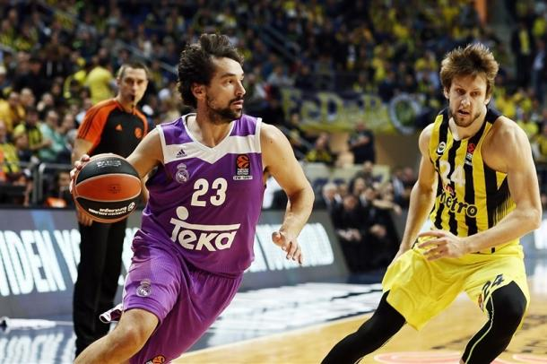 Llull in palleggio contro la difesa del Fener - Foto EuroLeague