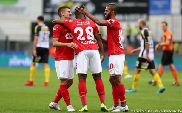 Jugadores del Standard de Lieja felicitándose   Foto: Standard de Lieja