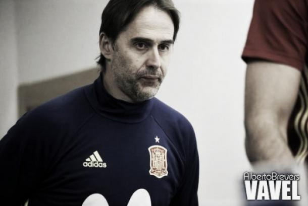 Julen Lopetegui chega para a entrevista coletiva | Foto: Alberto Brevers/VAVEL
