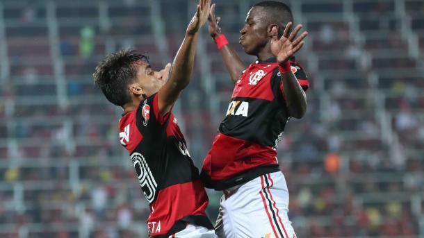 VJr recém nascido e Paquetá com quatro anos: assim eram as atuais joias rubro-negras em 2001 | Foto: Gilvan de Souza/Flamengo