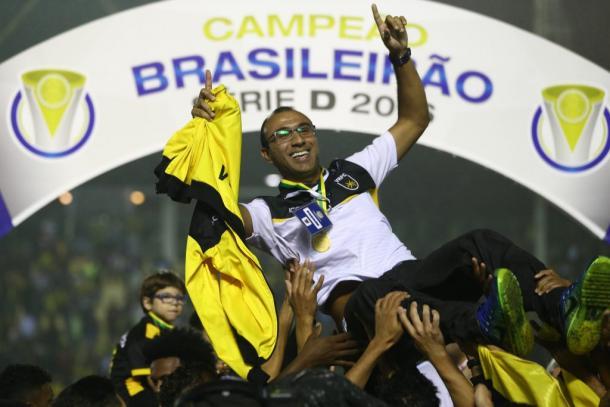 Surian foi exaltado pelos jogadores durante comemoração do título | Foto: Lucas Figueiredo/CBF