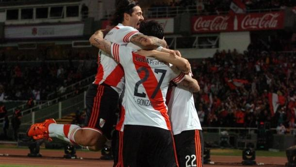 Lucho Gonzalez festeja con sus compañeros. (Foto: web)